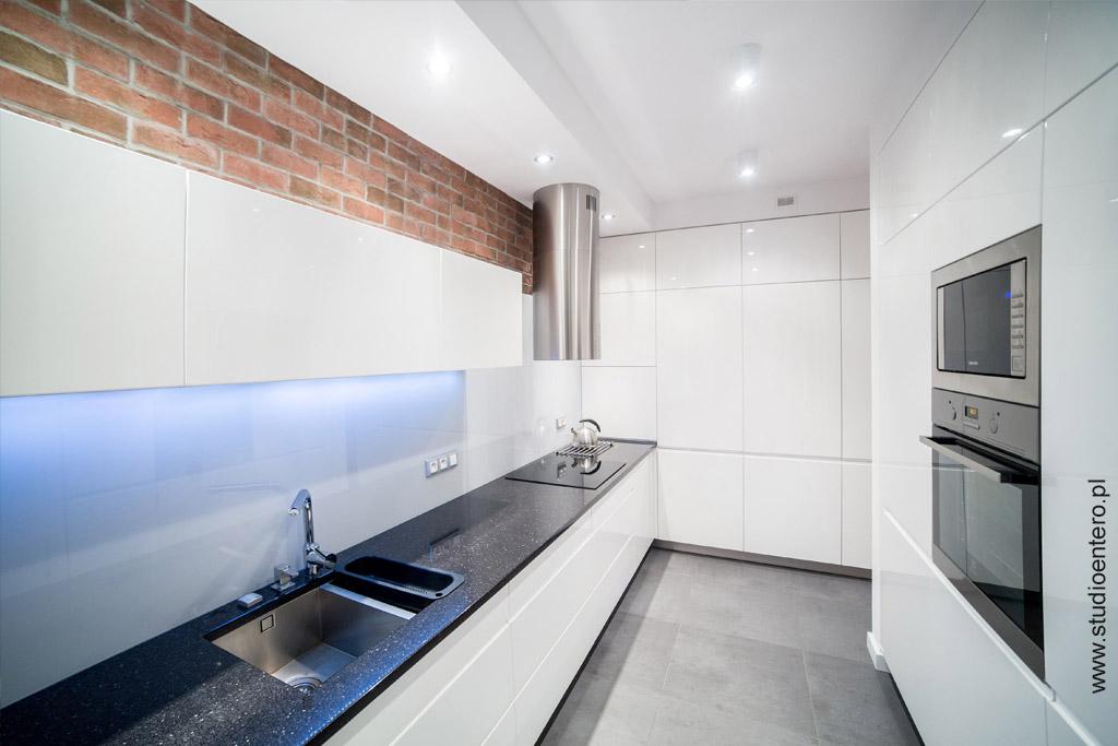 Kuchnia w bieli i cegle  Studio Architektoniczne Entero  MaÅ -> Kuchnia W Bloku W Bieli